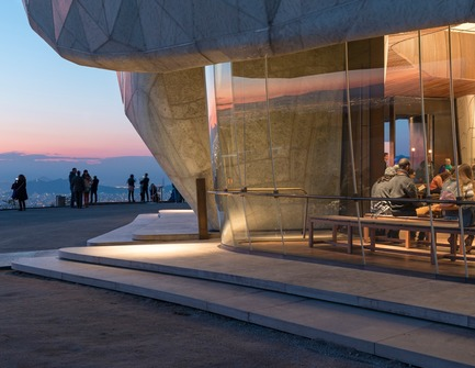 Dossier de presse | 907-07 - Communiqué de presse | RAIC Shortlist - Bahá'í Temple of South America - Hariri Pontarini Architects - Concours - Dusk View - Crédit photo : Sebastián Wilson León