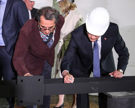 Press kit | 907-08 - Press release | Topping-Off Ceremony at the Tom Patterson Theatre for the Stratford Festival - Hariri Pontarini Architects - Event + Exhibition - Signing the Beam - Photo credit: Hariri Pontarini Architects