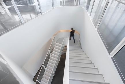 Dossier de presse | 952-27 - Communiqué de presse | Grand Quai du Port de Montréal: un nouveau terminal de croisière et une promenade sur l'esplanade verte - Provencher_Roy - Design urbain - Escalier dans le terminal de croisière - Crédit photo : Stéphane Brügger