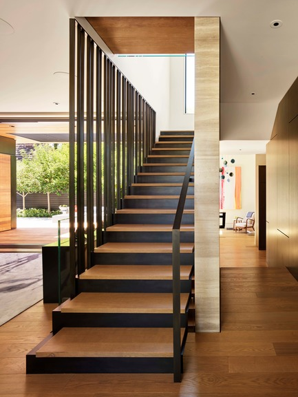 Dossier de presse | 1733-05 - Communiqué de presse | Palo Alto Residence - Studio VARA - Architecture résidentielle - This three-story stair separates the entertaining spaces from a guest suite, powder room, and piano room on the ground floor, and channels movement and light as it cascades along a central stone wall. - Crédit photo : Matthew Millman Photography