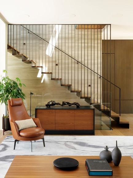 Dossier de presse | 1733-05 - Communiqué de presse | Palo Alto Residence - Studio VARA - Architecture résidentielle - The central stair is the fulcrum around which the main spaces of the home revolve. Its muted material palette consists of soft tan Haisa marble, European white oak, and blackened steel.  - Crédit photo : Matthew Millman Photography