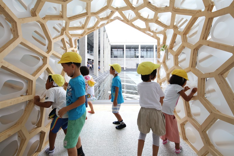 Press kit | 875-04 - Press release | Award-Winning Project:Porous Manifold as a Japanese Tearoom - Ryumei Fujiki + Yukiko Sato / F.A.D.S + Fujiki Studio, KOU::ARC - Event + Exhibition -  Children are curious about Breathing Pleats.  - Photo credit: Masahiro Hoshida