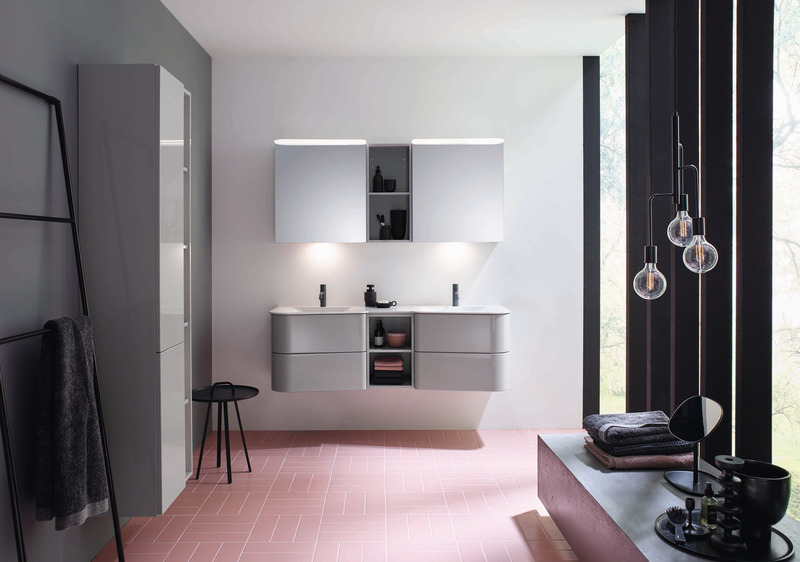 "Dossier de presse | 2704-08 - Communiqué de presse | It's time for more colour in the bathroom! - German Sanitary Industry Association / Vereinigung Deutsche Sanitärwirtschaft e.V. [VDS] - Évènement + Exposition - <p class="""">Trend No. 1: Grey - Design series Badu by burgbad</p><p class=""""> <br></p><p class="""">Bestseller in grey: With its new Badu collection, Schmallenberg-based bathroom furniture specialist burgbad is reinterpreting the popular mid-century style for the bathroom.</p> - Crédit photo : burgbad"