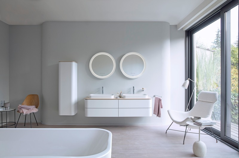 Dossier de presse | 2704-08 - Communiqué de presse | It's time for more colour in the bathroom! - German Sanitary Industry Association / Vereinigung Deutsche Sanitärwirtschaft e.V. [VDS] - Évènement + Exposition - <p>Trend No. 12: White - Happy D.2 Plus from Duravit</p><p><br></p><p>White space: For Happy D.2 Plus, Duravit collaborated with Sieger Design to translate the latest trends in finishes, colours and shapes into the archetypal arc that defines its classic Happy D design. </p> - Crédit photo : Photo: Duravit