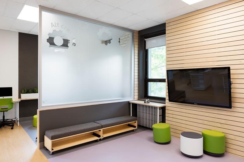 Dossier de presse | 1299-05 - Communiqué de presse | Alt-o-tech : un environnement éducatif pour les innovatrices de demain - Taktik design - Design d'intérieur commercial - Espace robotique - Crédit photo : Maxime Brouillet