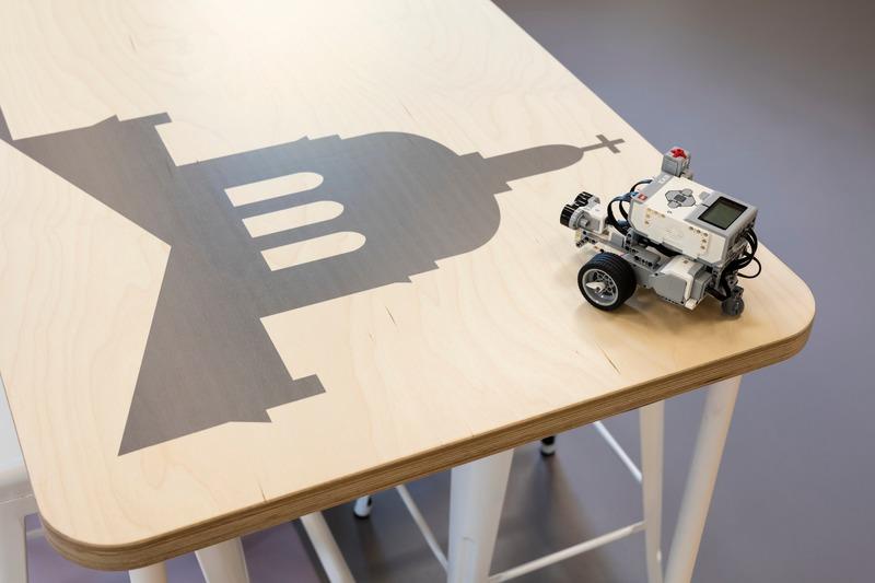 Dossier de presse | 1299-05 - Communiqué de presse | Alt-o-tech : un environnement éducatif pour les innovatrices de demain - Taktik design - Design d'intérieur commercial - Détail de la table d'assemblage - Crédit photo : Maxime Brouillet