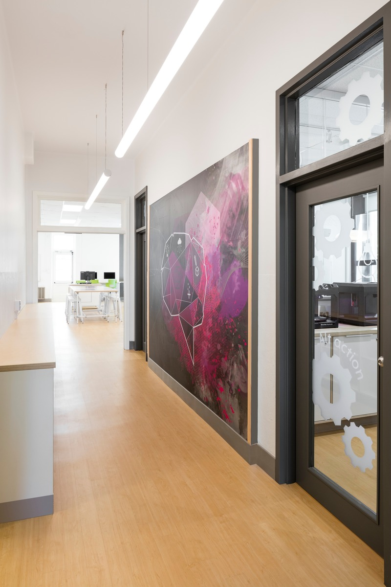Dossier de presse | 1299-05 - Communiqué de presse | Alt-o-tech : un environnement éducatif pour les innovatrices de demain - Taktik design - Design d'intérieur commercial - Corridor vers l'Alt-O-Tech - Crédit photo : Maxime Brouillet