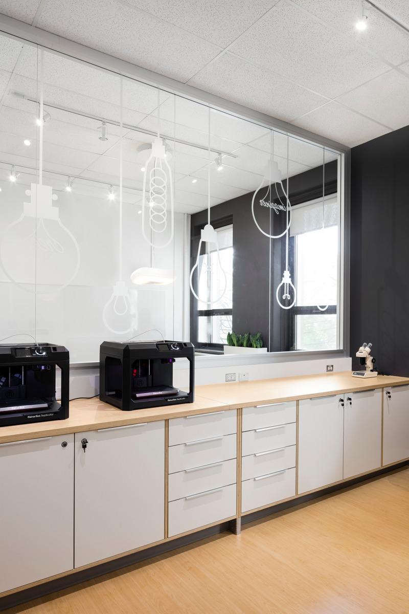 Dossier de presse | 1299-05 - Communiqué de presse | Alt-o-tech : un environnement éducatif pour les innovatrices de demain - Taktik design - Design d'intérieur commercial - Salle des imprimantes 3D - Crédit photo : Maxime Brouillet