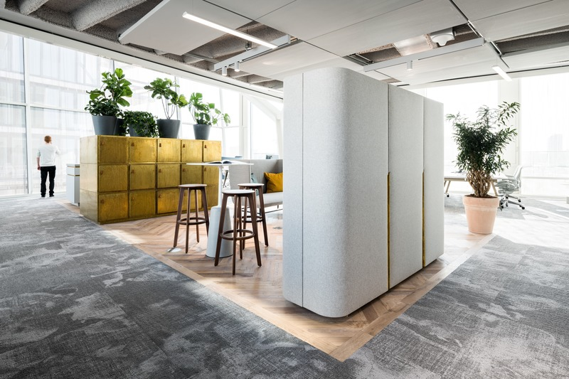 "Dossier de presse | 3644-02 - Communiqué de presse | One of the Best Offices in the World - Firm architects - Design d'intérieur commercial - <p class="""">Example of one of the central informal areas, marked by recycled wood flooring. From the brass digitally opened lockers to the movable acoustic wardrobes and the coffee bar , all is made to measure for Amvest.</p> - Crédit photo : Studio de Nooyer"