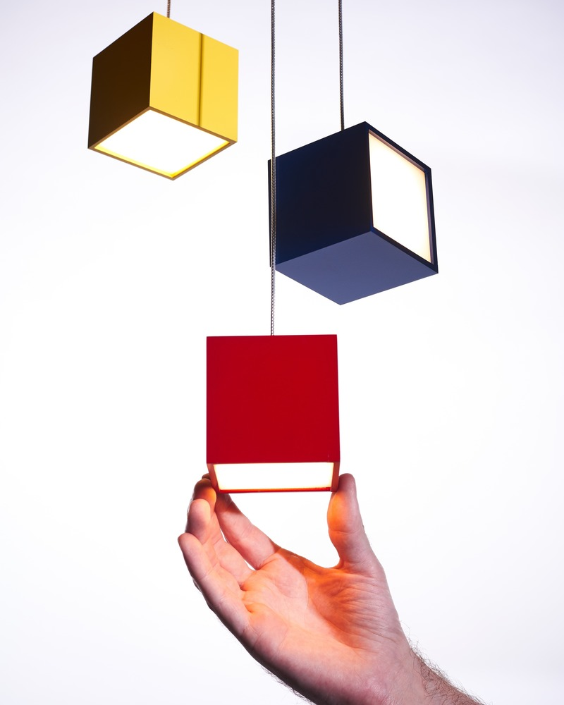 Press kit | 3412-03 - Press release | Cube Light - Karice - Lighting Design - Cube Pendant Light with hand for scale - Photo credit: Jordan N. Dery