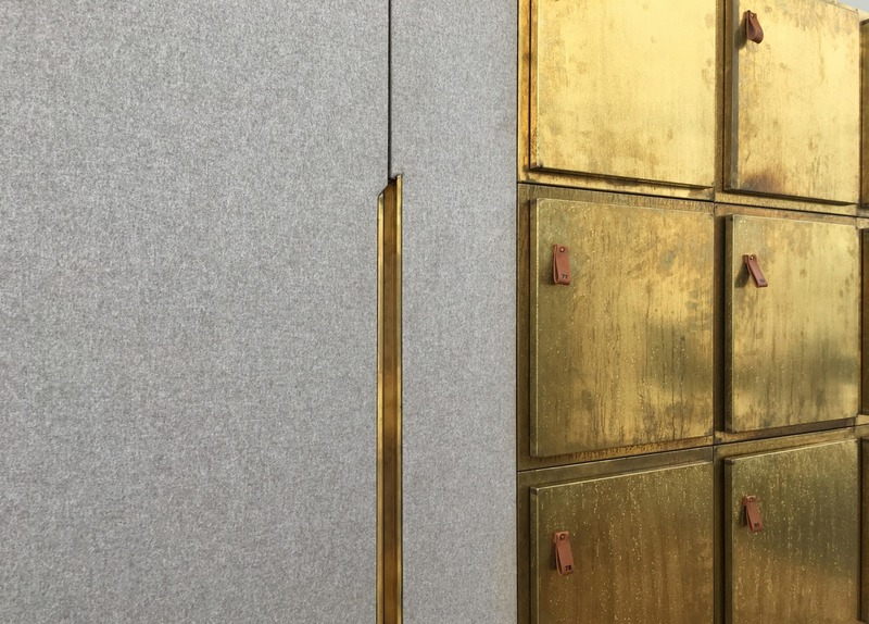 Dossier de presse | 3644-02 - Communiqué de presse | One of the Best Offices in the World - Firm architects - Design d'intérieur commercial - Detail of the vilt and brass cladded custom cabinet combining lockers and a wardrobe.  - Crédit photo : Firm architects