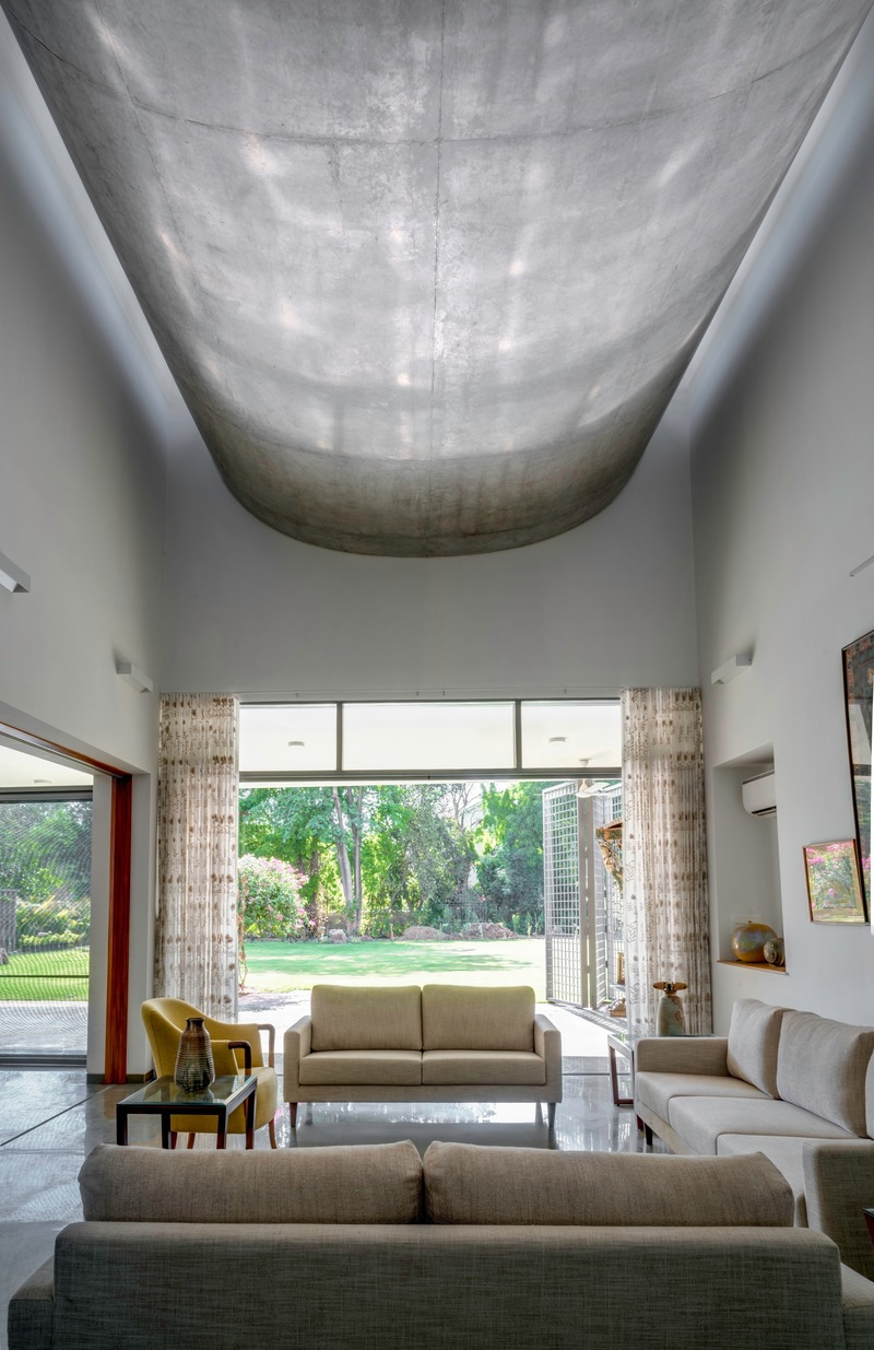 Press kit | 4016-02 - Press release | An Atypical Single User Villa - SquareWorks - Residential Architecture - Inverted exposed RC Vault overlooking the west-facing veranda from the living - Photo credit: Fabien Charuau