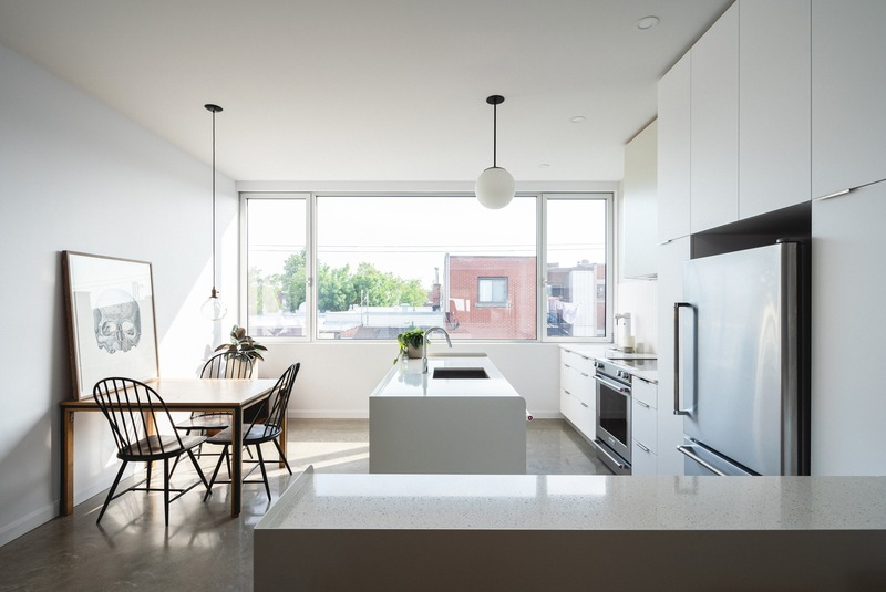 Press kit | 1142-07 - Press release | Off Plaza: L. McComber meets la Maison du Rotin - L. McComber – architecture vivante - Residential Architecture - The kitchen of the town houses, view towards the alley. - Photo credit: Raphaël Thibodeau