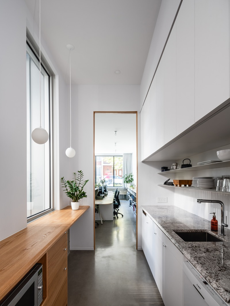 Press kit | 1142-07 - Press release | Off Plaza: L. McComber meets la Maison du Rotin - L. McComber – architecture vivante - Residential Architecture - The long and narrow kitchen, a perfect place to have a delicious dinner! - Photo credit: Raphaël Thibodeau