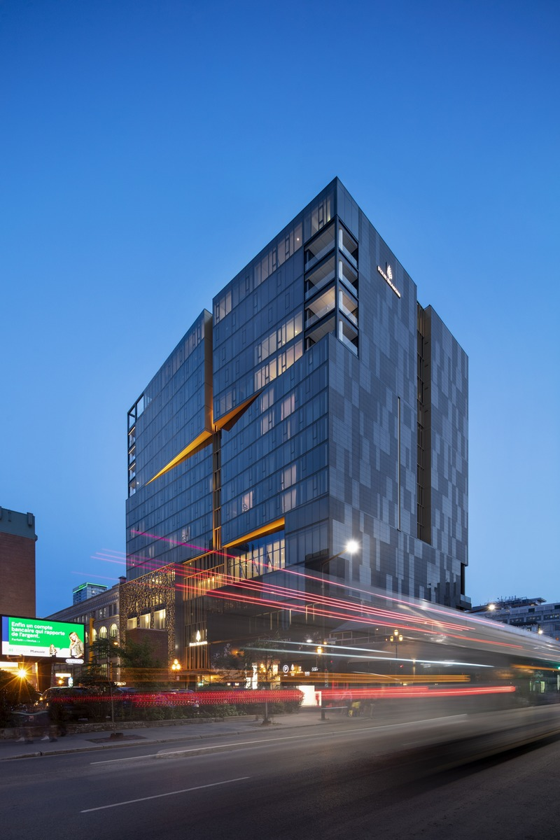 Press kit | 865-37 - Press release | The Architecture of Four Seasons Hotel Montreal Unveiled: The Elegance of a Gold Chain on a Classic Black Dress - Lemay | Sid Lee Architecture - Commercial Architecture -  Four Seasons Hotel Montreal  - Photo credit: Adrien Williams
