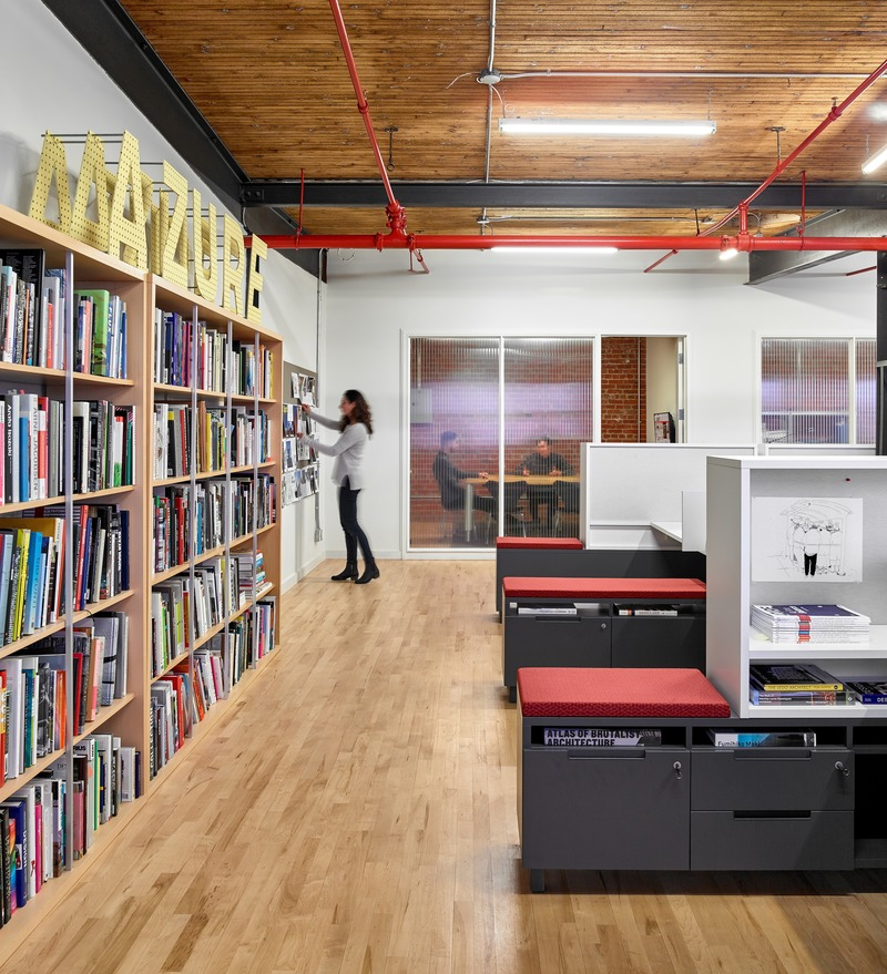 "Press kit | 1513-05 - Press release | Azure Publishing Office - Dubbeldam Architecture + Design - Commercial Interior Design -  <p class="""">To optimize structure and order, reference material and personal belongings can be stowed in integrated bookshelves and storage cubbies.</p>  - Photo credit: Scott Norsworthy"