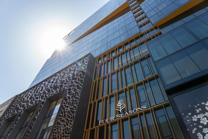 Dossier de presse | 4234-01 - Communiqué de presse | Four Seasons Hôtel Montréal : Architecture, design et art accumulent les éloges et ramènent la ville au sein de la conversation globale des hôtels de luxe - Four Seasons Hôtel Montréal - Architecture commerciale - Façade - Crédit photo : Don Riddle