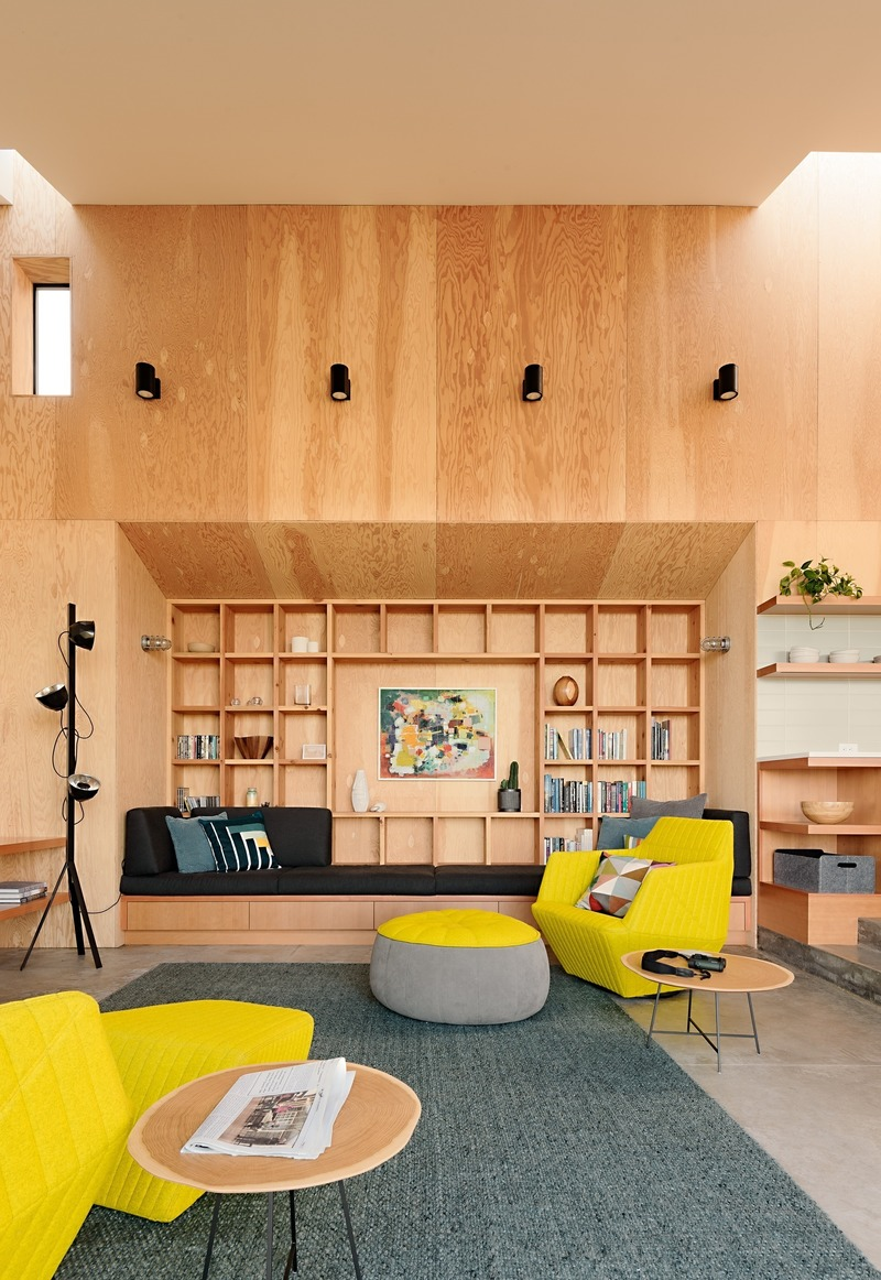 Dossier de presse | 2757-12 - Communiqué de presse | An Architect's Vision for California Living - Malcolm Davis Architecture - Architecture résidentielle - Coastal Retreat: Wall-mounted lighting add an industrial touch to the bright and airy living room.  - Crédit photo : Joe Fletcher Photography