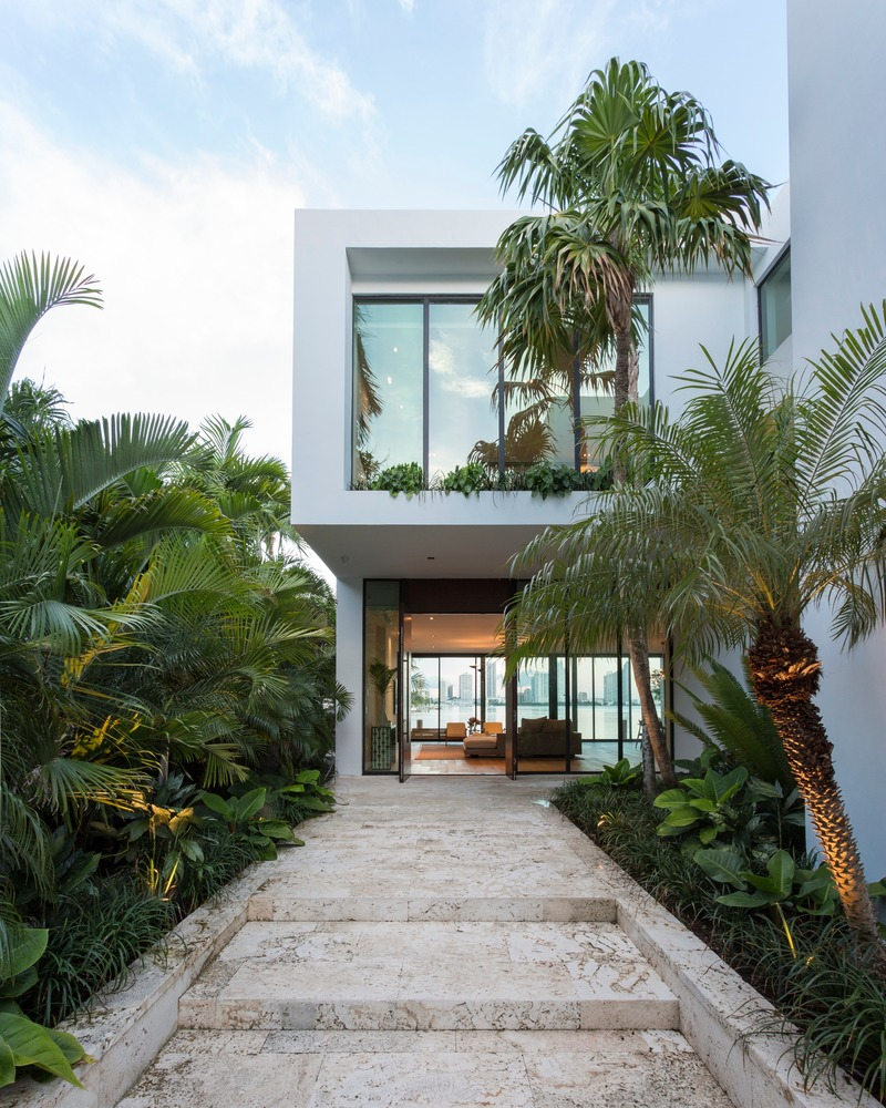 Press kit   2757-13 - Press release   [STRANG] on The Art of Architecture - [STRANG] - Residential Architecture - <p>West San Marino Residence: An elongated walkway leads to a formal entrance while allowing subtle hints of the bay beyond.</p> - Photo credit: Claudia Uribe-Touri Photography