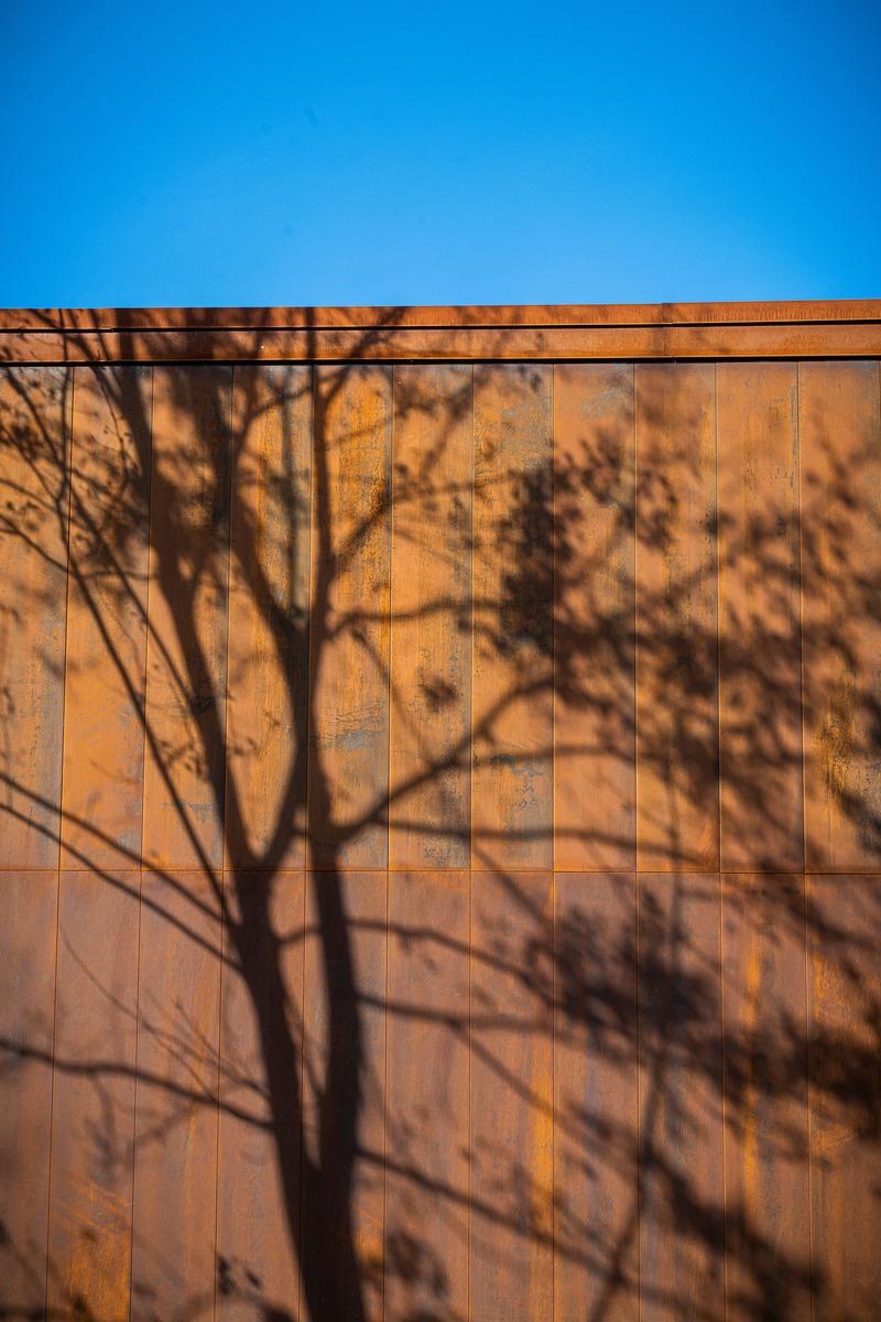 Dossier de presse | 4235-01 - Communiqué de presse | Pavillon en Corten - Les Architectes Labonté Marcil - Architecture institutionnelle - Crédit photo :  Martin Girard