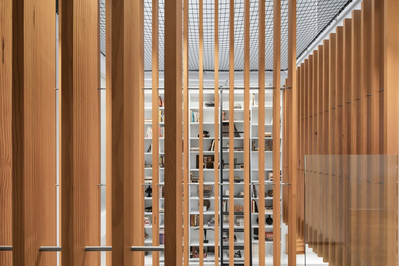 Dossier de presse | 2054-02 - Communiqué de presse | Maison de ville à atrium - RobitailleCurtis - Architecture résidentielle - Douglas fir screens @ second floor bridge - Crédit photo : Adrien Williams