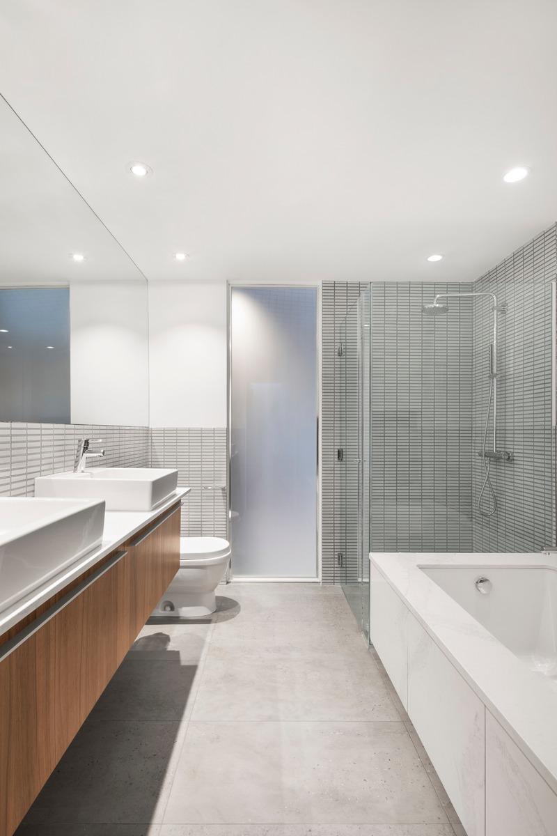 Press kit   2054-02 - Press release   Atrium Townhome - RobitailleCurtis - Residential Architecture - Master Bath - Photo credit: Adrien Williams