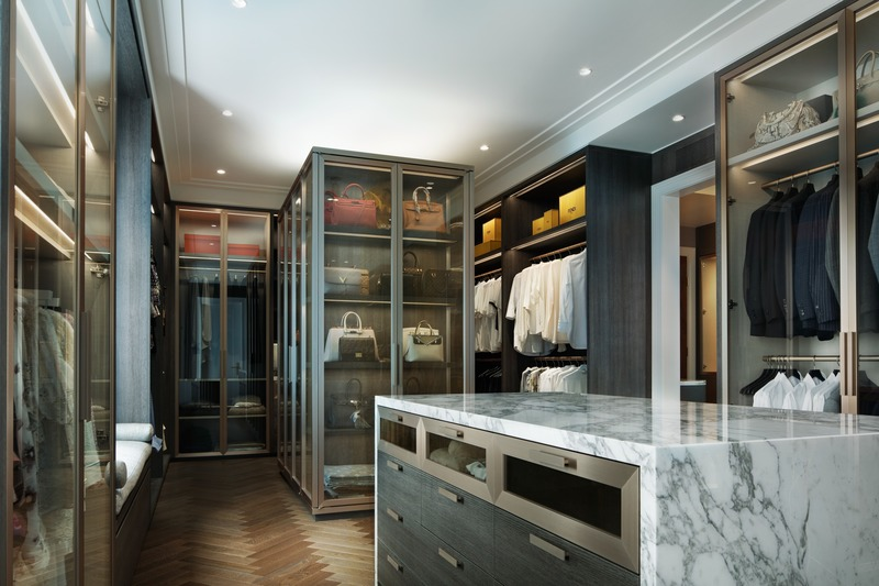 Press kit | 2185-07 - Press release | Villa Cortile - Audax - Residential Architecture - The his-and-hers master walk-in closet features an Arabescato marble counter, brushed brass frames and fixtures, and white oak herringbone flooring. - Photo credit: Erik Rotter