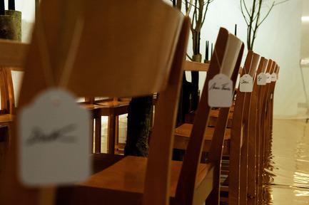 Dossier de presse | 962-01 - Communiqué de presse | La folie de Charles, sa table et ses hôtes - Charles Kaisin - Produit - Étiquettes - Chacun sa chaise - Crédit photo : Marie-Françoise Plissart
