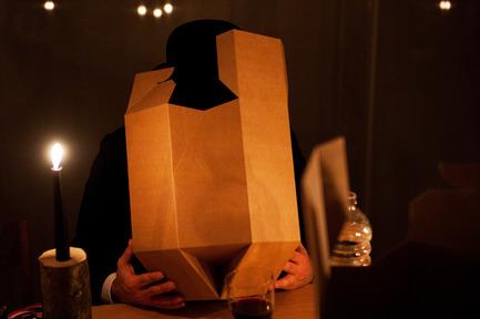 Dossier de presse | 962-01 - Communiqué de presse | La folie de Charles, sa table et ses hôtes - Charles Kaisin - Produit - 4ème mets - Dans la boîte - Crédit photo : Marie-Françoise Plissart