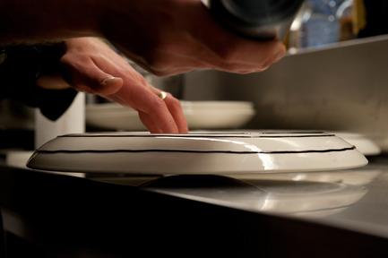 Dossier de presse | 962-01 - Communiqué de presse | La folie de Charles, sa table et ses hôtes - Charles Kaisin - Produit - 6ème mets - préparation des assiettes - Crédit photo : Marie-Françoise Plissart