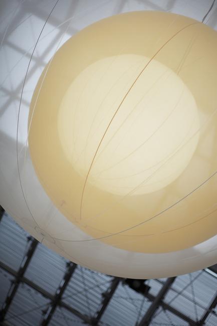 Dossier de presse | 912-01 - Communiqué de presse | 'Mobile lamp' - Nathalie Dewez - Design d'éclairage - Crédit photo : Stijn Bollaert