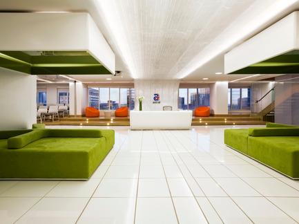 Dossier de presse | 865-02 - Communiqué de presse | Astral Media - Lemay - Design d'intérieur commercial - Aire de réception principale - Crédit photo : Claude-Simon Langlois