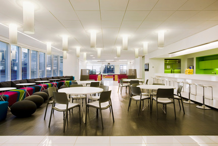 Dossier de presse | 865-02 - Communiqué de presse | Astral Media - Lemay - Design d'intérieur commercial - Salle à manger de l'équipe Astral - Crédit photo : Claude-Simon Langlois