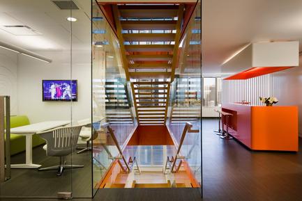 Dossier de presse | 865-02 - Communiqué de presse | Astral Media - Lemay - Design d'intérieur commercial - Aire de circulation verticale - Crédit photo : Claude-Simon Langlois