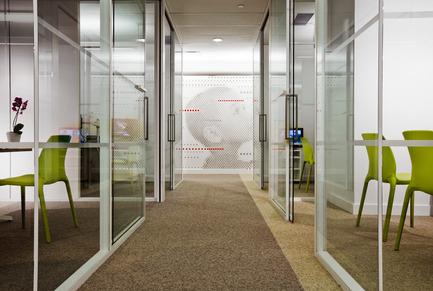 Dossier de presse | 865-02 - Communiqué de presse | Astral Media - Lemay - Design d'intérieur commercial - Espace de circulation des bureaux fermés - Crédit photo : Claude-Simon Langlois