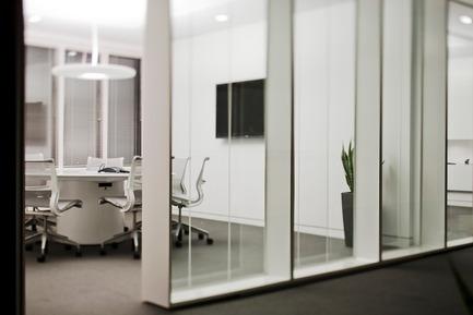 Dossier de presse | 865-02 - Communiqué de presse | Astral Media - Lemay - Design d'intérieur commercial - Salle de réunions de création - Crédit photo : Claude-Simon Langlois