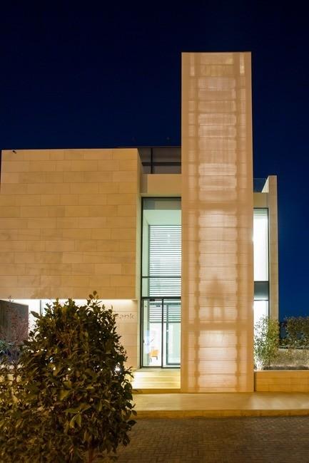 Salle de presse - Communiqué de presse - Un mur auto-portant en béton léger de LUCEM habille la façade du Capital Bank en Jordanie - LUCEM GmbH