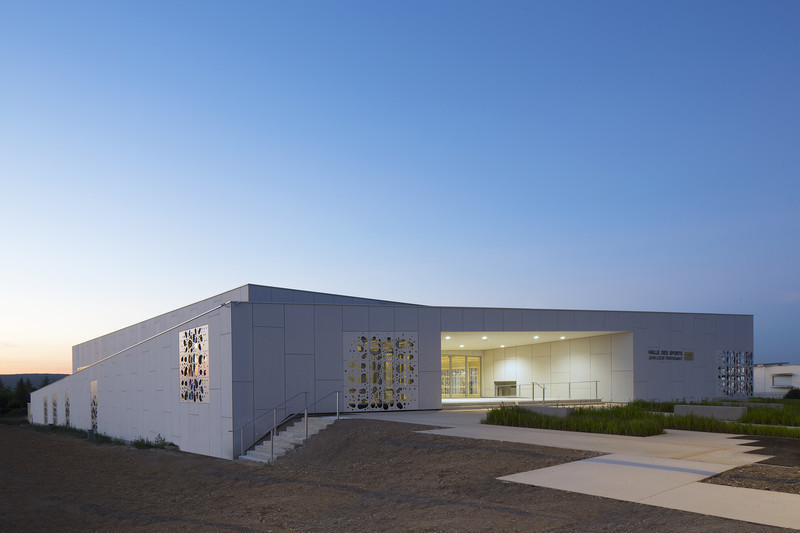 Newsroom | v2com-newswire | Newswire | Architecture | Design | Lifestyle - Press release - Sports Hall of the Jean-Louis Trintignant Middle School in Uzès - France - NBJ architectes